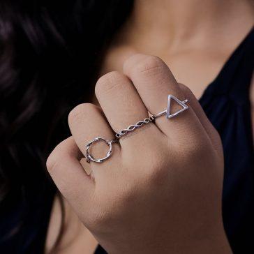 Anéis em todos os dedos de formatos diferentes