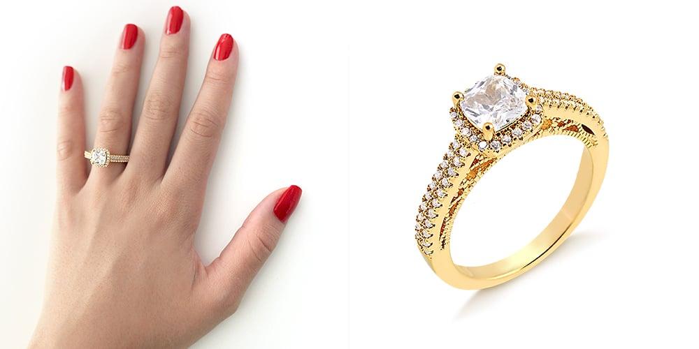 anel dourado com pedra em cima ao lado de mão com o mesmo anel e unhas pintadas na cor vermelha