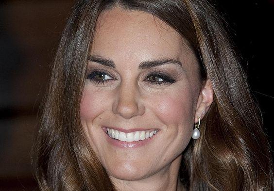 Kate Middleton usando seu brinco pequeno de pérola