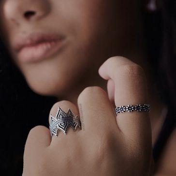 Anéis em todos os dedos prata