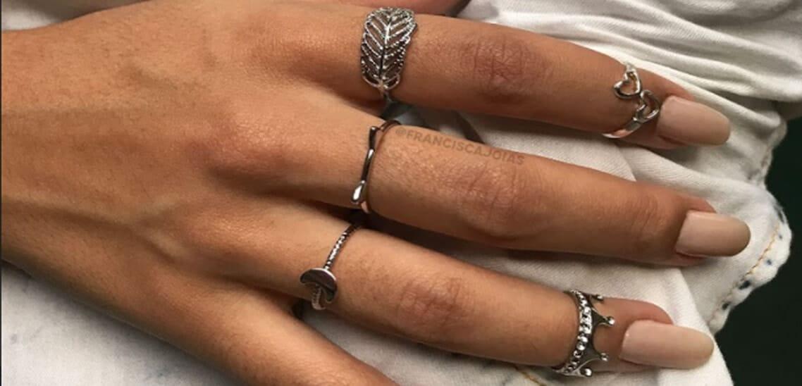 Mão de modelo com mix de anéis da Francisca Joias