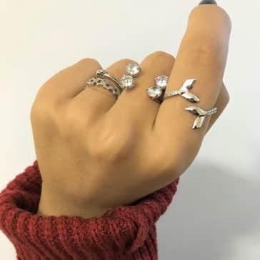 Mix de anéis em todos os dedos