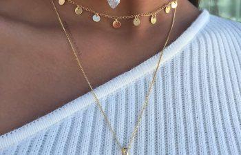 Modelo com mix de colares dourados