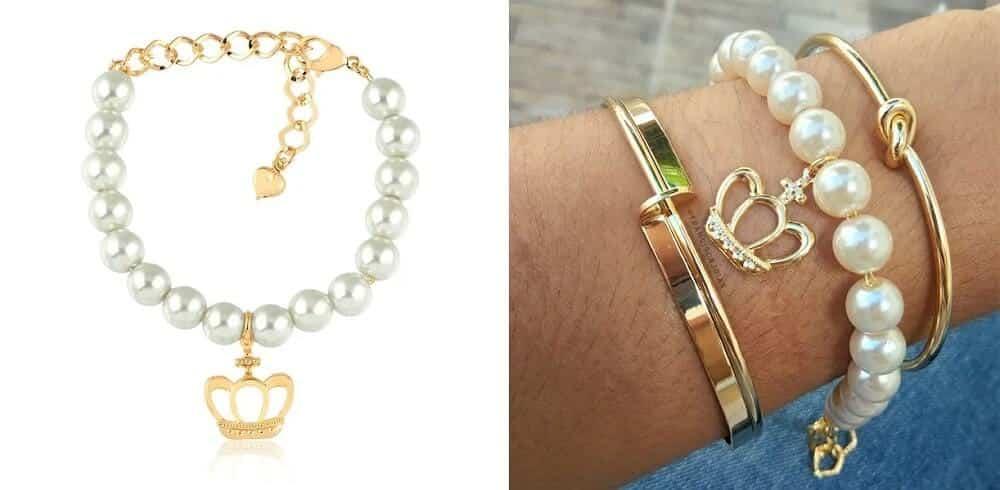 Mix de pulseiras com pulseira de pérolas com pingente de coroa