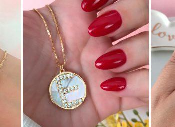 braço com três colares dourados, mulher segurando um colar dourado com a letra E, mulher com anel no formato de asas de anjo