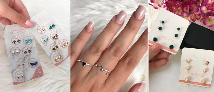 mãos segurando brincos pequenos em diversos formatos, mão com um anel, mãos segurando brincos pequenos de bolinha