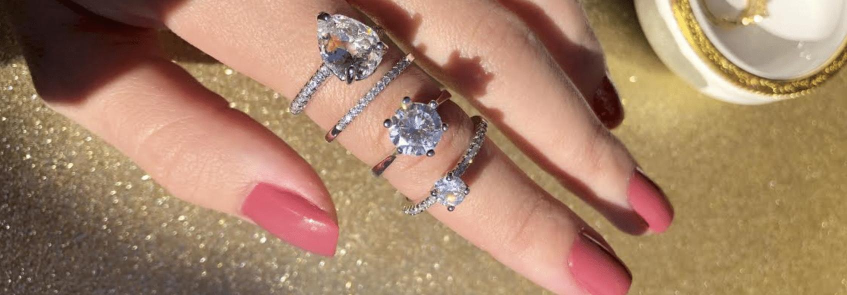 imagem de anel com três arcos cravejado de joias