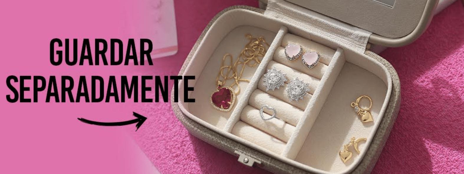 caixa para guardar joias com peças douradas recém lavadas