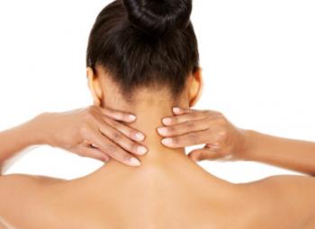 imagem de uma mulher de costas fazendo um automassagem em seu pescoço