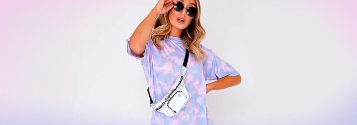 imagem de mulher usando camiseta tie dye em tom roxo, óculos e shoulder