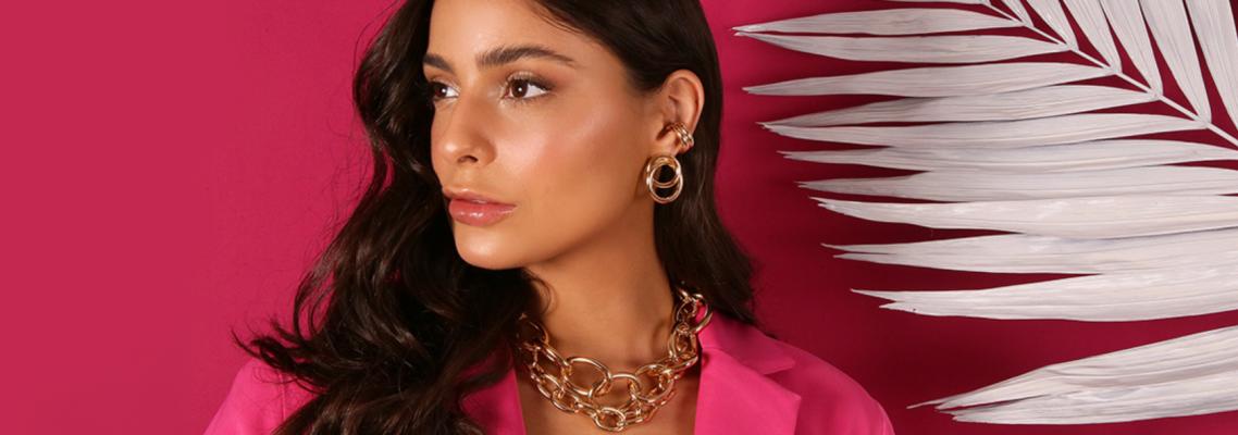imagem de uma mulher com lançamento de correntaria em um fundo rosa