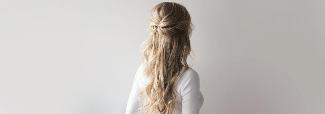 imagem de mulher usando um penteado para cabelo longo usando camiseta branca de frente para uma parede cinza clara