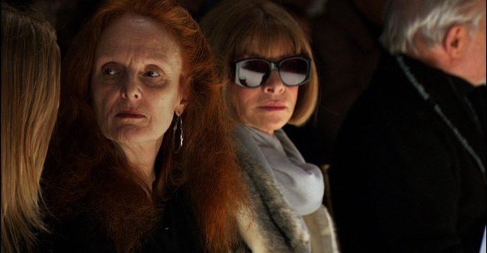 imagem de desfile de moda com duas mulheres em foco sentadas lado a lado