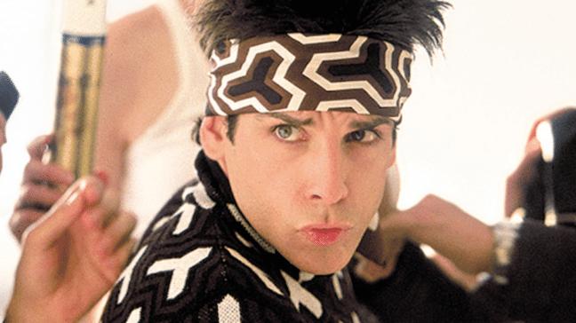 imagem do filme zoolander com homem usando camisa e faixa na cabeça com estampas em preto e branco