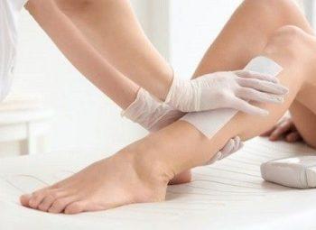 imagem de perna feminina sendo depilada com cera