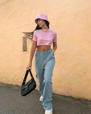 modelo usando chapéu bucket rosa com conjunto de cropped rosa com jeans azukl