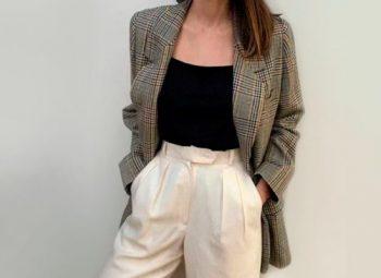 mulher usando blazer e calça branca
