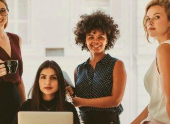 imagem de mulheres empreendedoras juntas sentadas ou de pé ao lado de uma mesa