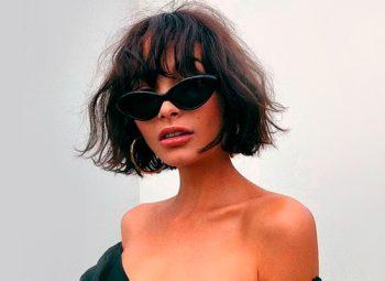 modelo com corte para cabelo curto chanel usando óculos escuros